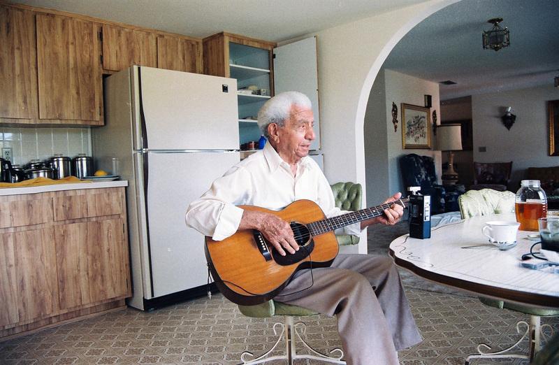 Ο Γιώργος Κατσαρός (Θεολογίτης) παίζει κιθάρα και τραγουδάει