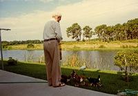 Ο Γιώργος Κατσαρός (Θεολογίτης) ταΐζει τα πουλιά