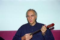 Ο Στέλιος Βαμβακάρης παίζει μπαγλαμά