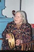 Η Αγγέλα Παπάζογλου παίζει ντέφι και τραγουδάει