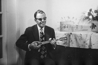Ο Στέλιος Κερομύτης παίζει μπαγλαμά