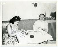 Ο Γιώργος Κατσαρός (Θεολογίτης) με τη συνεργάτιδά του Μαρίκα