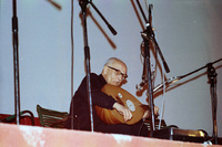 Ο Νίκος Στεφανίδης παίζει λαούτο